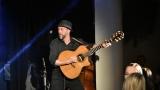 Thom Artway si svým energickým koncertem s premiérou videoklipu All I Know podmanil Malostranskou besedu  v Praze! (8 / 38)