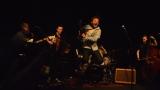 Thom Artway si svým energickým koncertem s premiérou videoklipu All I Know podmanil Malostranskou besedu  v Praze! (19 / 39)