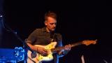 Thom Artway si svým energickým koncertem s premiérou videoklipu All I Know podmanil Malostranskou besedu  v Praze! (17 / 38)