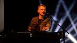 Thom Artway si svým energickým koncertem s premiérou videoklipu All I Know podmanil Malostranskou besedu  v Praze! (18 / 38)