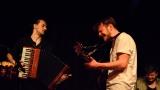 Thom Artway si svým energickým koncertem s premiérou videoklipu All I Know podmanil Malostranskou besedu  v Praze! (19 / 38)