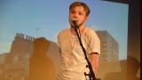 Thom Artway si svým energickým koncertem s premiérou videoklipu All I Know podmanil Malostranskou besedu  v Praze! (20 / 39)