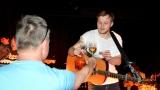 Thom Artway si svým energickým koncertem s premiérou videoklipu All I Know podmanil Malostranskou besedu  v Praze! (27 / 39)
