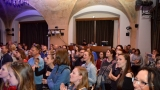 Thom Artway si svým energickým koncertem s premiérou videoklipu All I Know podmanil Malostranskou besedu  v Praze! (28 / 39)