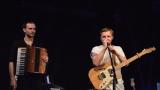 Thom Artway si svým energickým koncertem s premiérou videoklipu All I Know podmanil Malostranskou besedu  v Praze! (30 / 38)