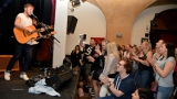 Thom Artway si svým energickým koncertem s premiérou videoklipu All I Know podmanil Malostranskou besedu  v Praze! (33 / 39)