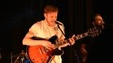 Thom Artway si svým energickým koncertem s premiérou videoklipu All I Know podmanil Malostranskou besedu  v Praze! (36 / 38)