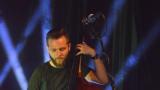 Thom Artway si svým energickým koncertem s premiérou videoklipu All I Know podmanil Malostranskou besedu  v Praze! (39 / 39)