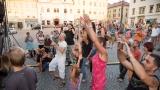 Podvečerní koncert na klatovském náměstí přilákal početné publikum (53 / 56)
