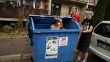 Adam jako homeless v kontejneru (16 / 76)