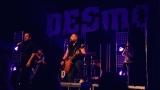 Rockové melodické písničky i smutnější balady si zazpívali fanoušci v Písku s kapelou Desmod (4 / 44)