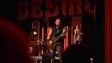 Rockové melodické písničky i smutnější balady si zazpívali fanoušci v Písku s kapelou Desmod (6 / 44)