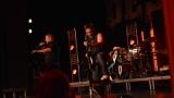 Rockové melodické písničky i smutnější balady si zazpívali fanoušci v Písku s kapelou Desmod (9 / 44)