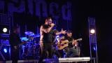 Rockové melodické písničky i smutnější balady si zazpívali fanoušci v Písku s kapelou Desmod (10 / 44)