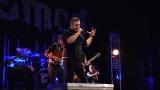 Rockové melodické písničky i smutnější balady si zazpívali fanoušci v Písku s kapelou Desmod (13 / 44)