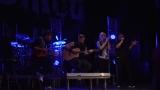 Rockové melodické písničky i smutnější balady si zazpívali fanoušci v Písku s kapelou Desmod (14 / 44)
