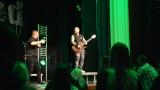 Rockové melodické písničky i smutnější balady si zazpívali fanoušci v Písku s kapelou Desmod (17 / 44)