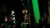 Rockové melodické písničky i smutnější balady si zazpívali fanoušci v Písku s kapelou Desmod (19 / 44)