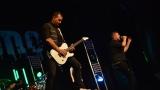 Rockové melodické písničky i smutnější balady si zazpívali fanoušci v Písku s kapelou Desmod (29 / 44)