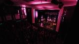 Rockové melodické písničky i smutnější balady si zazpívali fanoušci v Písku s kapelou Desmod (33 / 44)