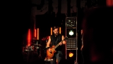 Rockové melodické písničky i smutnější balady si zazpívali fanoušci v Písku s kapelou Desmod (37 / 44)