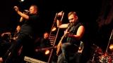 Rockové melodické písničky i smutnější balady si zazpívali fanoušci v Písku s kapelou Desmod (38 / 44)