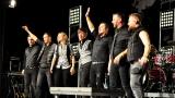 Rockové melodické písničky i smutnější balady si zazpívali fanoušci v Písku s kapelou Desmod (40 / 44)