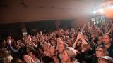 Vyprodaný sál a známé hity dominovaly koncertu Chinaski ve Lnářích (42 / 67)