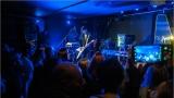 Klub zahalen do dýmu a mraky nadšených fanynek: Tak vypadal čtvrteční koncert kapely Mandrage v pražském Rock Café (11 / 69)