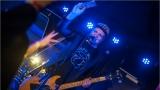 Klub zahalen do dýmu a mraky nadšených fanynek: Tak vypadal čtvrteční koncert kapely Mandrage v pražském Rock Café (13 / 69)