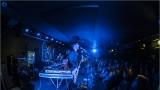 Klub zahalen do dýmu a mraky nadšených fanynek: Tak vypadal čtvrteční koncert kapely Mandrage v pražském Rock Café (16 / 69)