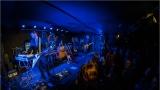 Klub zahalen do dýmu a mraky nadšených fanynek: Tak vypadal čtvrteční koncert kapely Mandrage v pražském Rock Café (18 / 69)