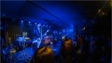 Klub zahalen do dýmu a mraky nadšených fanynek: Tak vypadal čtvrteční koncert kapely Mandrage v pražském Rock Café (23 / 69)