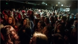 Klub zahalen do dýmu a mraky nadšených fanynek: Tak vypadal čtvrteční koncert kapely Mandrage v pražském Rock Café (28 / 69)