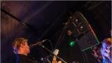 Klub zahalen do dýmu a mraky nadšených fanynek: Tak vypadal čtvrteční koncert kapely Mandrage v pražském Rock Café (33 / 69)