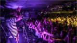 Klub zahalen do dýmu a mraky nadšených fanynek: Tak vypadal čtvrteční koncert kapely Mandrage v pražském Rock Café (49 / 69)