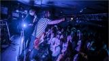 Klub zahalen do dýmu a mraky nadšených fanynek: Tak vypadal čtvrteční koncert kapely Mandrage v pražském Rock Café (51 / 69)