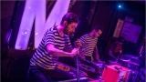 Klub zahalen do dýmu a mraky nadšených fanynek: Tak vypadal čtvrteční koncert kapely Mandrage v pražském Rock Café (52 / 69)