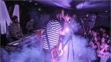 Klub zahalen do dýmu a mraky nadšených fanynek: Tak vypadal čtvrteční koncert kapely Mandrage v pražském Rock Café (53 / 69)