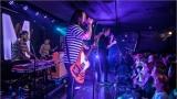 Klub zahalen do dýmu a mraky nadšených fanynek: Tak vypadal čtvrteční koncert kapely Mandrage v pražském Rock Café (56 / 69)