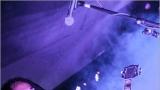 Klub zahalen do dýmu a mraky nadšených fanynek: Tak vypadal čtvrteční koncert kapely Mandrage v pražském Rock Café (58 / 69)