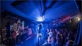 Klub zahalen do dýmu a mraky nadšených fanynek: Tak vypadal čtvrteční koncert kapely Mandrage v pražském Rock Café (60 / 69)