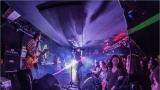 Klub zahalen do dýmu a mraky nadšených fanynek: Tak vypadal čtvrteční koncert kapely Mandrage v pražském Rock Café (62 / 69)
