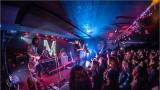 Klub zahalen do dýmu a mraky nadšených fanynek: Tak vypadal čtvrteční koncert kapely Mandrage v pražském Rock Café (63 / 69)