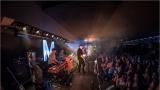 Klub zahalen do dýmu a mraky nadšených fanynek: Tak vypadal čtvrteční koncert kapely Mandrage v pražském Rock Café (68 / 69)