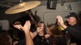 Během koncertu se do kotle dostala část bicích (87 / 122)