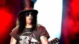 Topfest vypukl, fenomenální kytarista Slash se zpěvákem Mylesem Kennedym  a doprovodnou kapelou The Conspirators si podmanil areál! Neváhejte a doražte si užít druhý den tohoto výjimečného festivalu! (1 / 20)