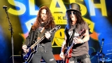 Topfest vypukl, fenomenální kytarista Slash se zpěvákem Mylesem Kennedym  a doprovodnou kapelou The Conspirators si podmanil areál! Neváhejte a doražte si užít druhý den tohoto výjimečného festivalu! (7 / 20)