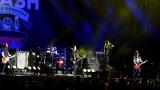 Topfest vypukl, fenomenální kytarista Slash se zpěvákem Mylesem Kennedym  a doprovodnou kapelou The Conspirators si podmanil areál! Neváhejte a doražte si užít druhý den tohoto výjimečného festivalu! (5 / 8)