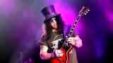Topfest vypukl, fenomenální kytarista Slash se zpěvákem Mylesem Kennedym  a doprovodnou kapelou The Conspirators si podmanil areál! Neváhejte a doražte si užít druhý den tohoto výjimečného festivalu! (11 / 20)
